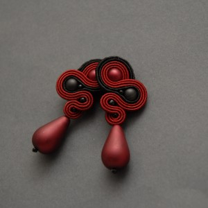czerwono-czarne kolczyki lub klipsy sutasz