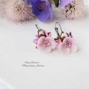 Delikatne kolczyki z kwiatem wiśni