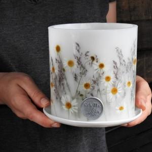 W rumiankach- lampion z ceramiczną podstawką