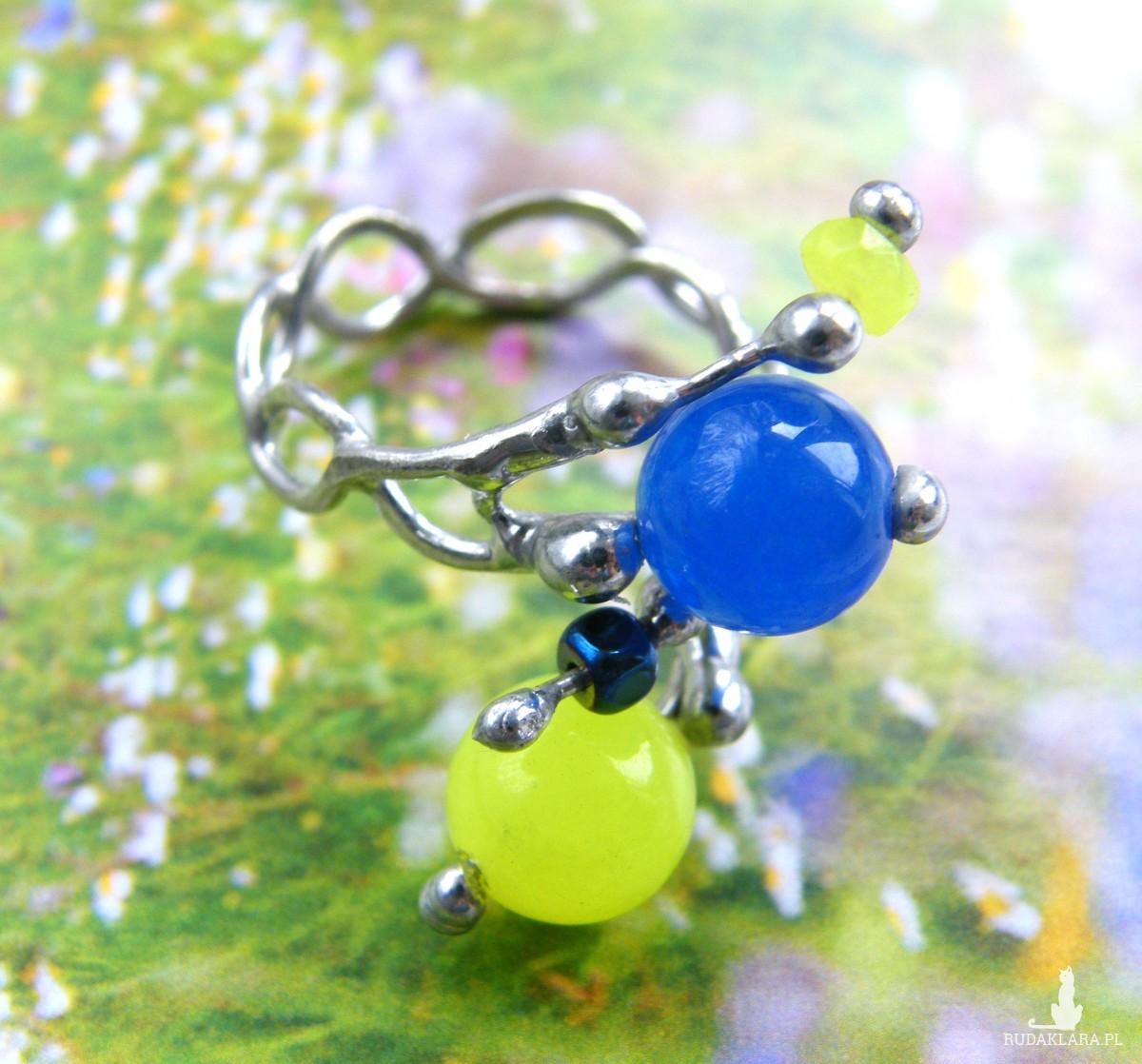 Regulowany pierścionek z małymi kamykami, niebiesko-żółty