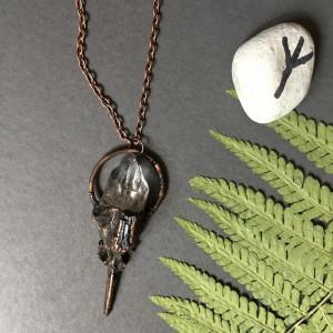 szamański wisior z kryształem górskim, turmalinem i czaszką