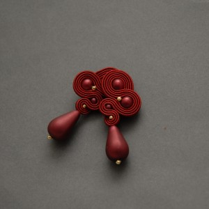 czerwone kolczyki lub klipsy sutasz