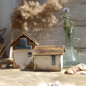 Dwa drewniane domki do dekoracji wnętrz
