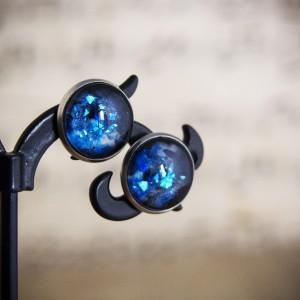Kolczyki sztyfty, niebieski kosmos, ręcznie malowane szkło