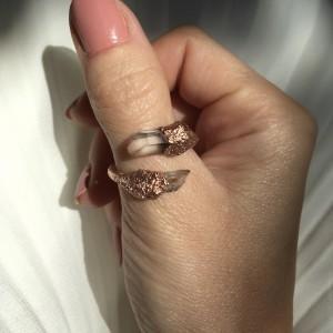 zawijany miedziany pierścionek z kryształem górskim