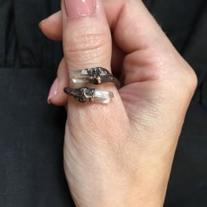 miedziany pierścionek z kryształem górskim patyna