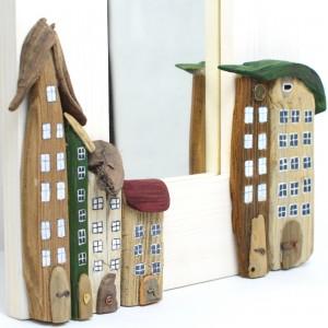 Ozdobne lustro z domkami z drewna dryfującego.