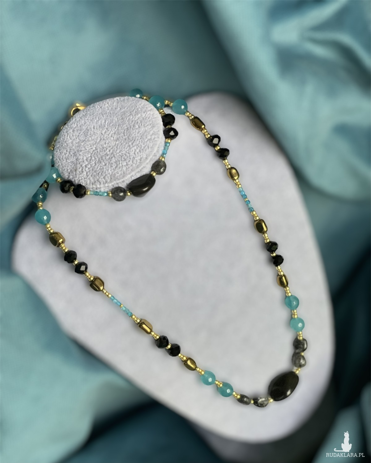 Komplet biżuterii z magicznymi kamieniami.