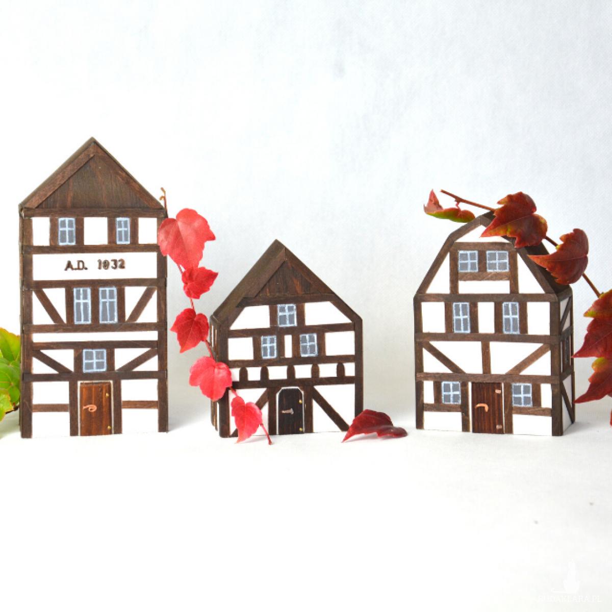 Drewniane domki dekoracyjne  w stylu szachulcowym
