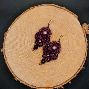 Burgundowe wiszące kolczyki sutasz z perłami