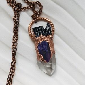 miedziany naszyjnik z kryształem górskim, czaroitem i czarnym turmalinem